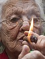 Big close-up de anciana fumando.jpg