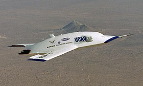 Le premier X-45A lors de son 6e vol, le 19 décembre 2002, au-dessus du Dryden Flight Research Center.
