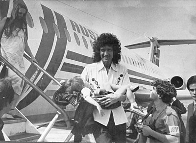 May with Queen arriving in Argentina, 1981 Brian may mdp.jpg
