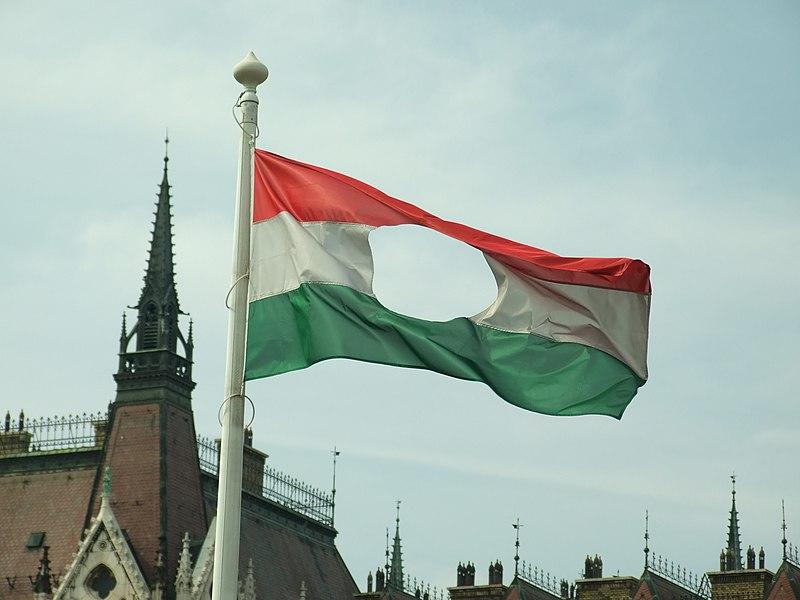 Fájl:Budapešť, Belváros, Országház, revoluční vlajka.JPG
