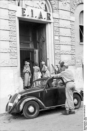 Ente Italiano per le Audizioni Radiofoniche - Fallschirmjäger paratroopers in front of EIAR Rome headquarters (1943).