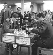 Bundesarchiv Bild 183-76052-0335, Schacholympiade, Tal (UdSSR) gegen Fischer (USA)