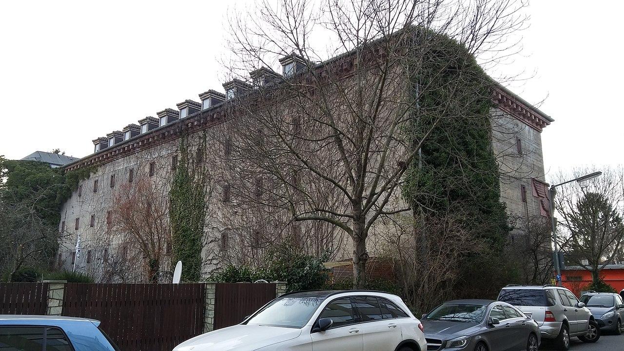 Bild: https://upload.wikimedia.org/wikipedia/commons/thumb/b/b1/Bunker_Eberstadtstra%C3%9Fe_35_Frankfurt_Praunheim_-_2.jpg/1280px-Bunker_Eberstadtstra%C3%9Fe_35_Frankfurt_Praunheim_-_2.jpg