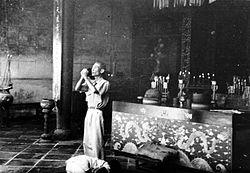 COLLECTIE TROPENMUSEUM Biddende Chinezen in een Chinese tempel te Cheribon West-Java TMnr 10001277.jpg