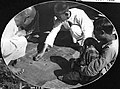 COLLECTIE TROPENMUSEUM Drie leprapatiënten van een leprozerie van het Leger des Heils spelen een spel op de grond met kleine kiezelsteentjes TMnr 60011662.jpg