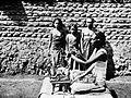 COLLECTIE TROPENMUSEUM Een pedanda (priester) met offergereedschap Bali TMnr 10001218.jpg