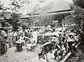 COLLECTIE TROPENMUSEUM Toeschouwers en verkopers tijdens de roeiwedstrijden op Koninginnedag Palembang TMnr 60051038.jpg
