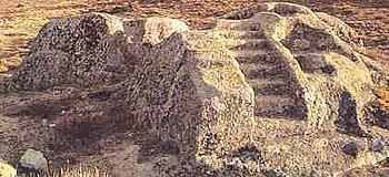 """Castro de Ulaca, en Ávila (España).  En el recinto destacan """"el altar"""" una gran mole de granito, con talud por sus tres lados. En uno de sus lados, dos escalinatas conducen a un superficie plana con varios huecos de distinto tamaño.El """"horno"""" cavidad de forma cubica practicada en un bloque de granito abierto al exterior por medio de un arco de medio punto.Parece relacionarse como una posible sauna."""