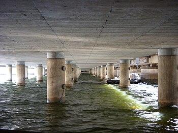 Venstre billede:   Den sydlige brodels stålkonstruktion, vy mod nord.   Hörgra billede:   Den nordlige brodels betonkonstruktion, vy mod syd.