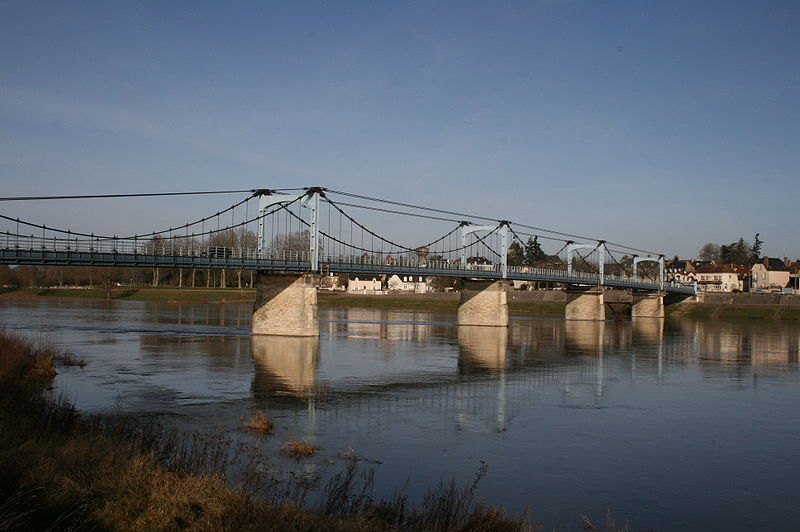 http://upload.wikimedia.org/wikipedia/commons/thumb/b/b1/Ch%C3%A2teauneuf-sur-Loire_%2814%29.JPG/800px-Ch%C3%A2teauneuf-sur-Loire_%2814%29.JPG
