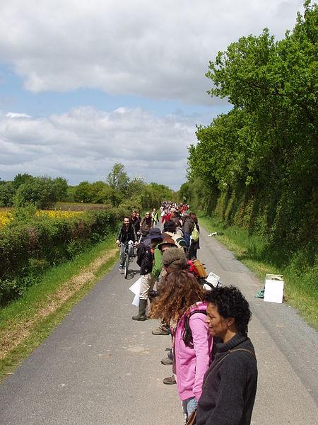 Chaine humaine de 25 km autour du projet de zone d'aéroport à Notre Dame des Landes