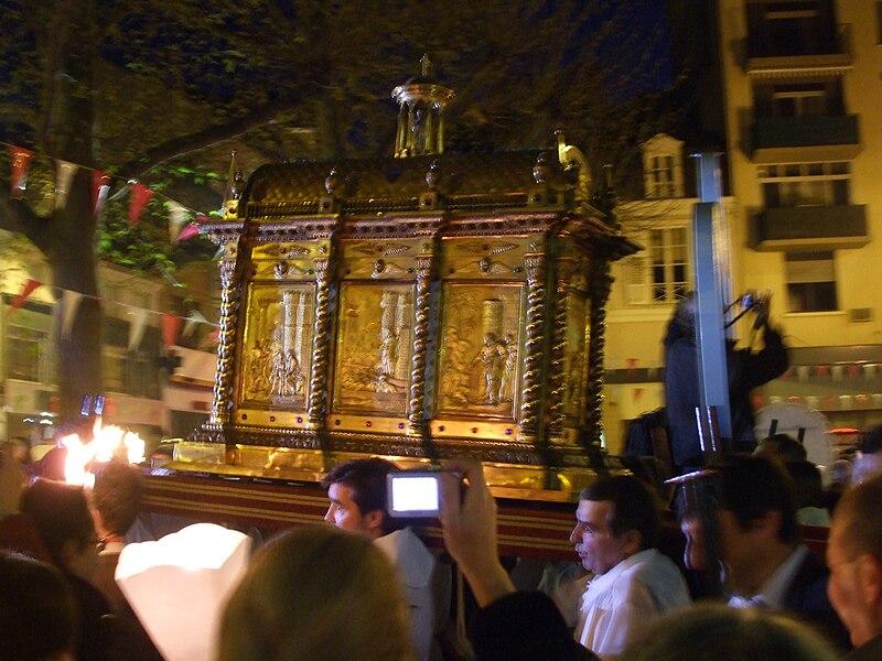 Châsse de saint Martial, lors de la procession d'ouverture des ostensions à Limoges, le 18 avril 2009. (Wikipedia)