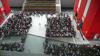China pavilion at Expo 2010 - Waiting crowds inside the central courtyard