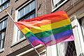 Cohen hangt regenboogvlag halfstok.jpg