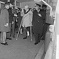 Danny Kaye in Nederland voor optreden, aankomst op Schiphol, Bestanddeelnr 916-3654.jpg