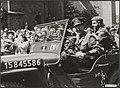 De prins, die zijn eigen jeep bestuurde, bij zijn vertrek uit Den Haag, Bestanddeelnr 014-0527.jpg