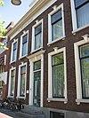 Pand ter breedte van drie vensterassen, parterre met verdieping, dwars schilddak