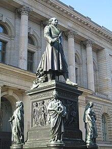Denkmal für vom Stein von Hermann Schievelbein vor dem Berliner Abgeordnetenhaus, eingeweiht 1875 (Quelle: Wikimedia)