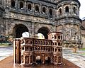 Die Porta Nigra, Modell und Wirklichkeit.jpg