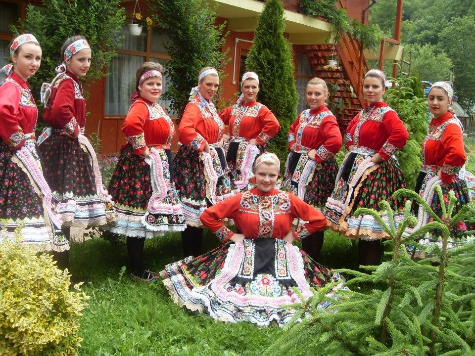 Dievčence v kysáčskom slovenskom ľudovom kroji