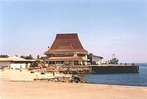 Hafengebäude in Dili mit Dach im traditionellen Stil