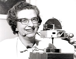 Nancy Roman met een model van de Orbiting Solar Observatory (OSO) in 1962