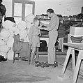 Een gerepatrieerde jongen krijgt kleding uitgereikt in het kledingcentrum in Ata, Bestanddeelnr 255-6851.jpg