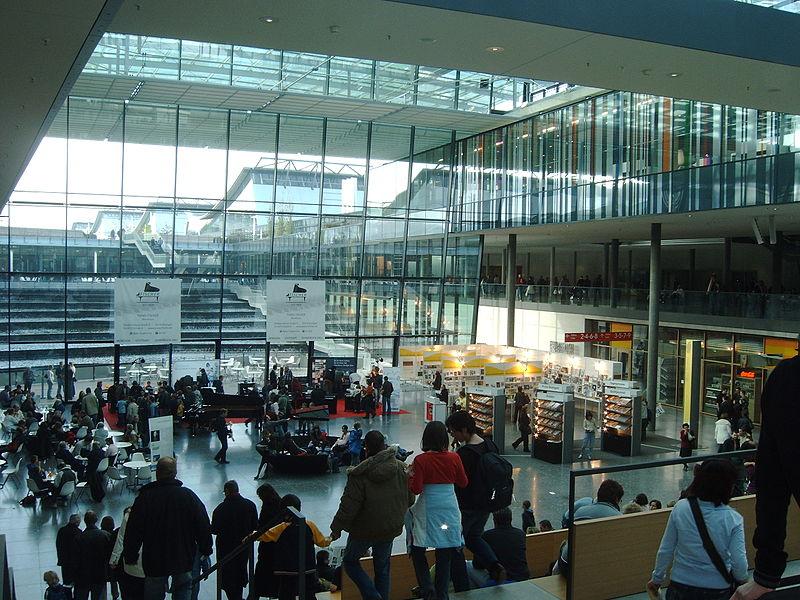 File:Eingangsbereich der Messe Stuttgart.jpg