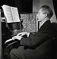 Eivind Groven (1901-1977) spiller på det renstemte orgelet, Trefoldighetskirken, 1953.jpg