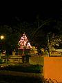 El árbol de navidad al fondo, la parroquia San Caralampio..JPG