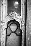erker, linker zijkant versiering spiegelboog tussen boven en onderraampje - alkmaar - 20006419 - rce
