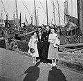 Etty Doeve en Hildegard van de Poll-Eschen in Marken met twee vissers, Bestanddeelnr 254-2196.jpg
