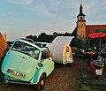 """Evangelische Marienkirche in Mauren (romanisch 11-12. Jahrh., Turm, Chor im 14. Jahrh., gotisches Schiff 1470) mit BMW Isetta im Rahmen des Freiluft-Theaterstücks """"55 Sommer"""" im Jahr 2014 - panoramio.jpg"""