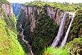 Fenda da Trilha do Vértice com a Cachoeira das Andorinhas à frente a no fundo a Cascata Véu de Noiva no Canyon Itaimbezinho.jpg