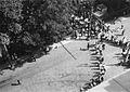 Folkemengde på vei inn og ut av en park - Gorkijparken? (1935).jpg