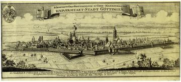Göttingen – Ansicht der Stadt von Südosten. Kupferstich aus dem Jahr 1735. Das Schriftband betont die neue Bedeutung der Stadt durch die Universitätsgründung im vorangegangenen Jahr. (Quelle: Wikimedia)