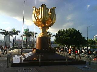「香港回歸博物館」的前地,則建議興建一個大型廣場,並將灣仔的金紫荊廣場及香港回歸祖國紀念碑搬到新廣場,以配合「香港回歸博物館」的主題。 (圖片:Iflwlou@Wikimedia)