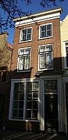 foto van Huis met lijstgevel met goede pui, waarin deurpilasters met hoofdgestel