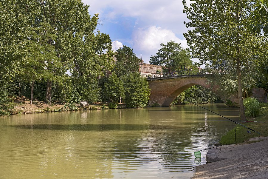 English:  Grenade, Haute-Garonne, France. Bridge (fourteenth century) on  « Save » river.
