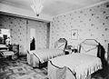 Guest room, Casa Loma (Fonds 1244, Item 4076).jpg