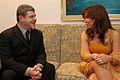 Gustavo Santaolalla con Cristina Fernández - 9MAR07 -presidencia-govar.jpg