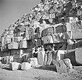 Het onderste gedeelte van een van de piramiden met daarbij een gezelschap onder , Bestanddeelnr 252-1714.jpg