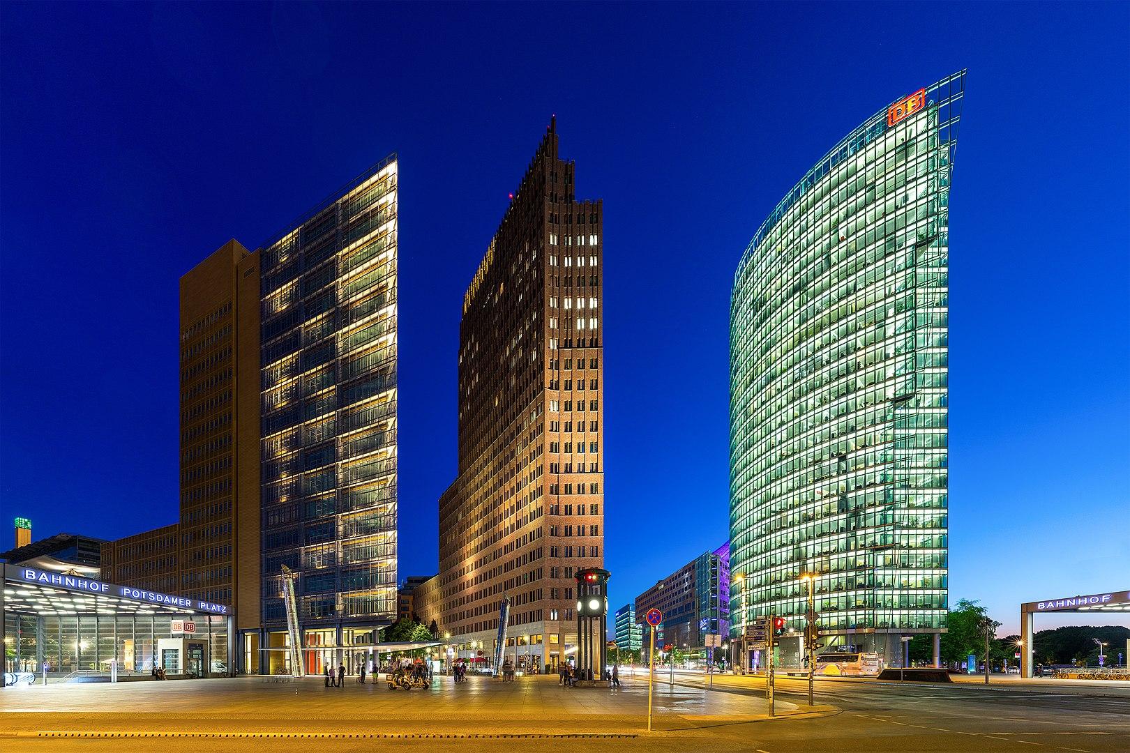 1620px Hochh%C3%A4user am Potsdamer Platz%2C Berlin%2C 160606%2C ako ✧ Das erste Mal in Berlin - Was Sie unbedingt besuchen müssen! ✧ Local City Guide