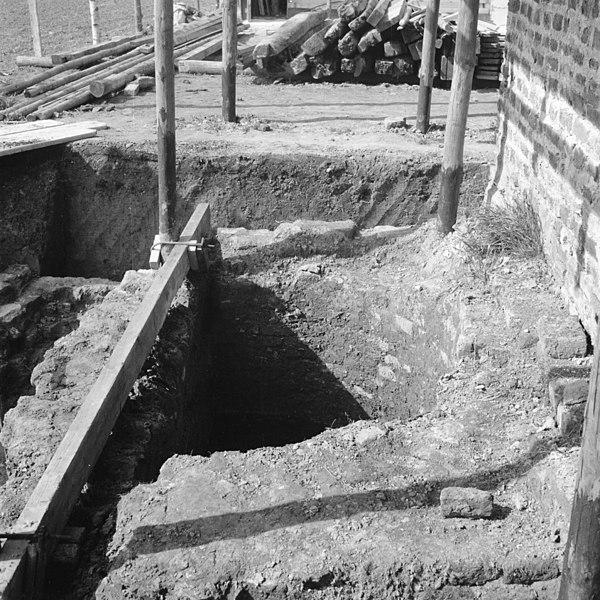 File hoge huis fundering traptoren oud sabbinge 20180466 wikimedia commons - Oud huis ...