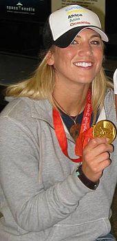 Hope Solo mostra la medaglia d'oro vinta a Pechino 2008