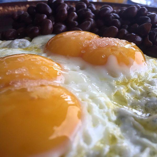 File:Huevos de dos yemas.jpg