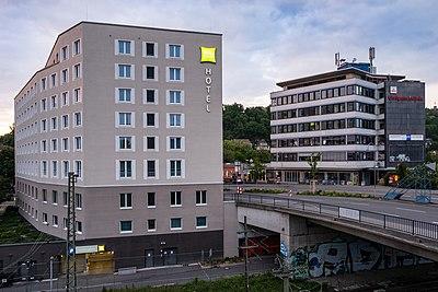 Ibis Hotel an der Blauen Brücke in Tübingen und Blauer Turm.jpg