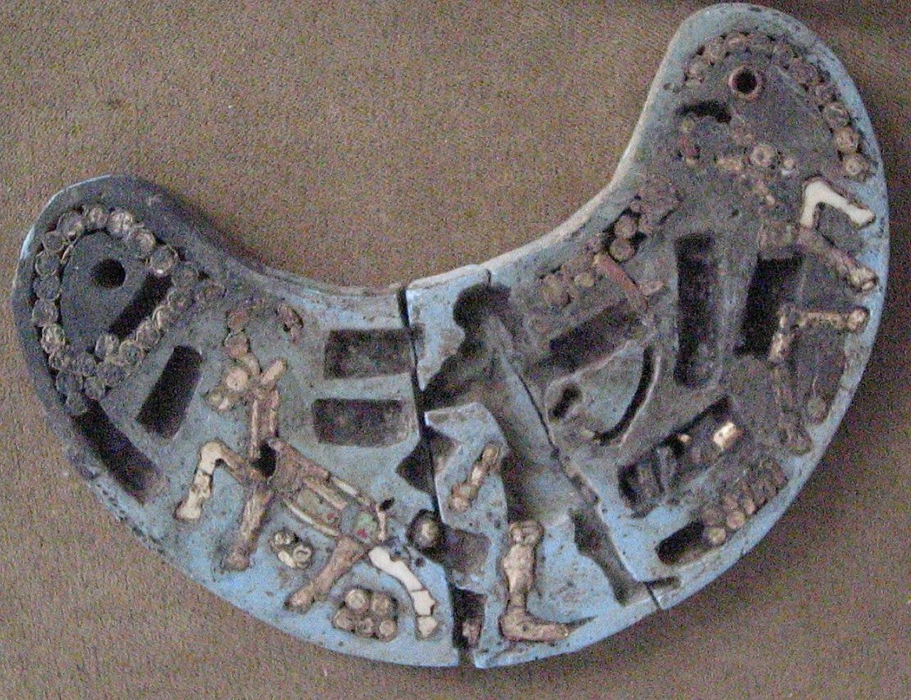 نشان هلالیشکل، آغاز هزاره یکم پیش از میلاد در حسنلو؛ موزه ملی ایرانتپه