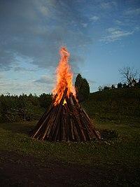 Jaanituli põleb Valjalas.jpg