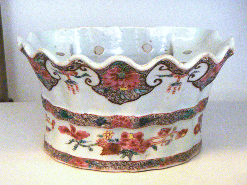 File:Jingdezhen soft paste porcelain flower holder Famille Rose 1736 1796 Qianlong period.jpg
